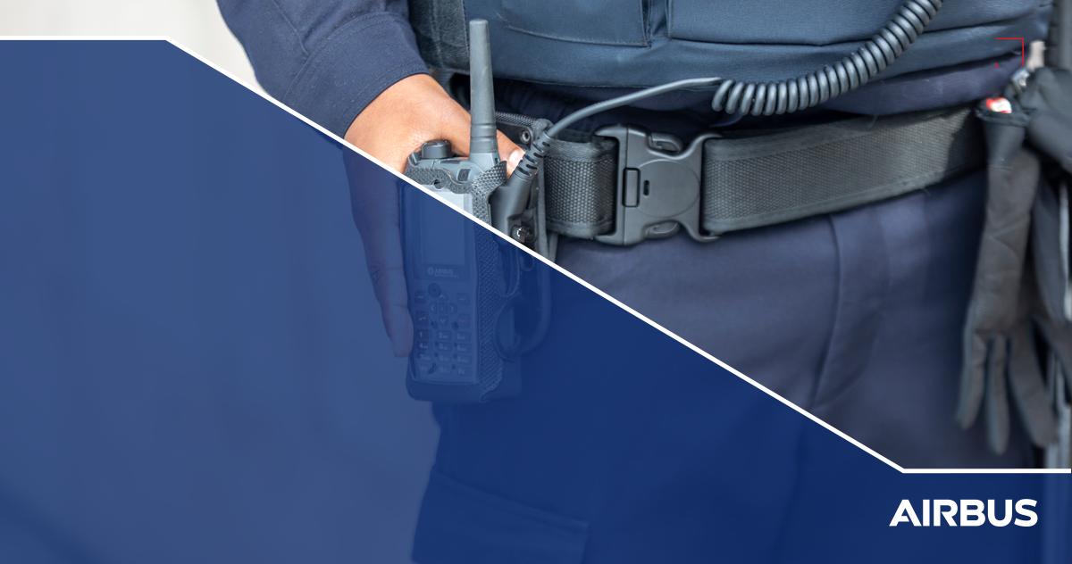 Policía sosteniendo un operador móvil