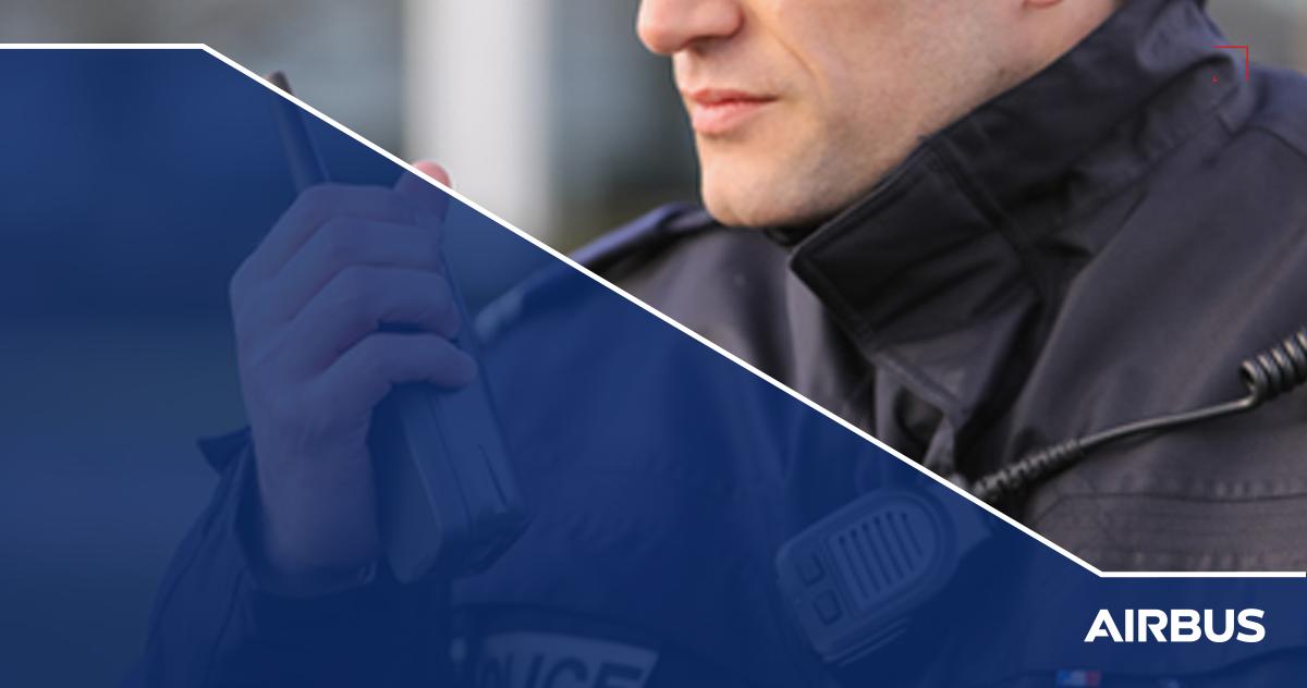 Policía sosteniendo un radio tetrapol